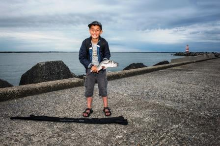 Heleen Vink.Trots eerste zelf gevangen vis - een zeebaars